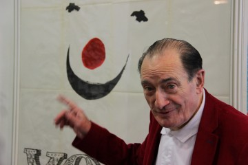 Pierre Etaix devant l'affiche de son film YoYo